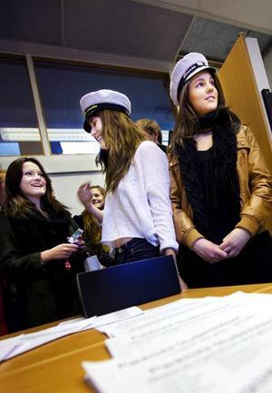 Alla ville hämta ut sina mössor när leveransen med studentmössor äntligen nått Wargentinsskolan i Östersund. Julia Eldh och Linnea Norlander och deras klasskamrater prövade omedelbart mössorna.Foto: Håkan Luthman
