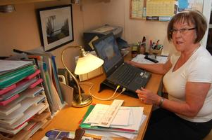 Inger Nyberg från Älvdalen gör tummen ned för regeringens förslag om skattelättnader för pensionärer. Inger sitter med i SPF:s förbundsstyrelse.