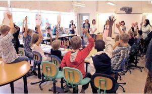 Många elever räckte upp handen när lärarna presenterade sig och frågade om någon kände igen dem. I går på skolstarten hade årskurs 1-3 Södra skolan gemensam samling inför den nya terminen som är på Kvarnbergsskolan. FOTO: ILSE VORNANEN