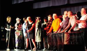 Gubbar som fångar och inte får besöka klubben medan deras kvinnor erbjuder annan dans med stång, allt till Verdis musik från Fångarnas kör ur Nabucco på bilden fr.v: Margith Olsson, Alva Lejonclou, Gun Spånberg, Astrid Schedvin, Sara Lejonclou, Laila Olsson, Jan-Erik