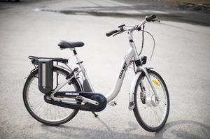 Många vill prova att cykla på en elcykel. Just nu är väntetiden 17 veckor.