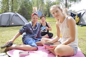 Picnic. Sasha Tarasiuk, Fredrik Lövgren och Sofia Björndal intar dagens lunch, pyttipanna, mitt i Bollhälls läger. Lägret består av Kallhälls och Bollstanäs scoutkårer tillsammans.