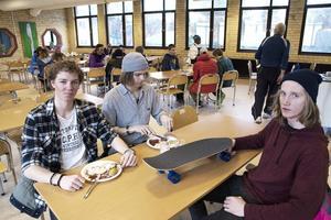 Anton Axellie, Felix Elofsson och David Deliv har fått jobba mycket utanför lektionstid för att ro sitt skateboardföretag i hamn.