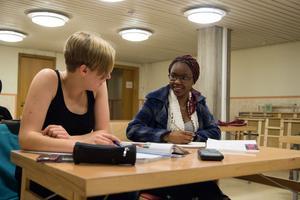 Tua Wigforss och Winnie Luwedde går första året på naturprogrammet och teknikprogrammet på gymnasiet och tycker Mattecentrum är en bra plats att få lugn och ro på.