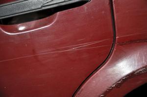 Små repor kan poleras bort. För lite djupare skador, som stenskott, använd spackel och slipa innan lack läggs på.