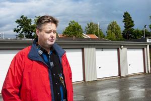Agerade direkt. När Olov Engström upptäckte ett misstänkt garageinbrott ringde han polisen och följde sedan efter inbrottstjuvarna i sin bil.
