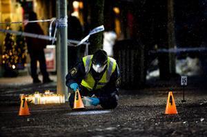 Polisens tekniker säkrar spår på brottsplatsen.