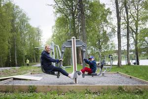Mamma Lotta Norberg och sonen Levis Dagh testar på gymmet.