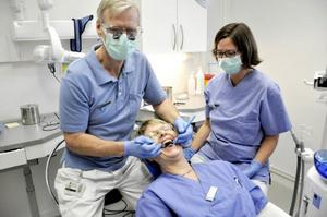 Man kan ha kul ihop på jobbet.Tandläkaren Helmer Mörner och tandsköterskan Lotta Johansson spexar lite ihop med distriktsköterskan Karin Milling som jobbar några dörrar bort.