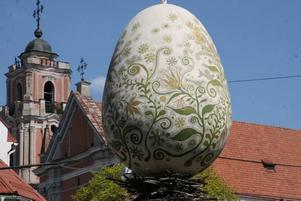 Kul konst och vacker arkitektur i skön förening i det gamla Vilnius.