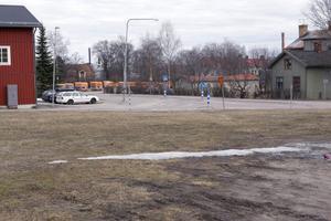 Inget affärshus här. Den tomma tomten bredvid före detta Röda Kvarn i Ljusdal lämpar sig inte som butik och lager för Oves Golv och Färg, anser kommunens planberedning.