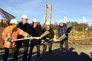 Den officiella byggstarten: från vänster: Fredrik Timan, Peab, Christer Ersson, Norra Kajen Exploatering, Peder Björk, Lars Danielsson, lägenhetsköpare och Tore Berglund, Lillskär.