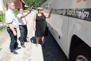 Snackar annonsplats på bussen. Bergslagenexpress heter en helt nystartad busslinje från Kopparberg via Lindesberg till Stockholm. Nu satsar Lindesbergs och Ljusnarsbergs kommuner marknadsföringspengar i buss-satsningen. På bilden Ingemar Javinder (S), Per Nordin och Irja Gustavsson (S).