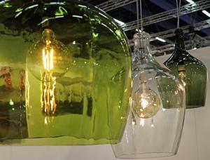 Anny Jernberg från Återbrukshyttan i Bollnäs ställer ut sina lampor gjorda av gamla damejeanner och andra flaskor.