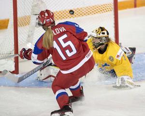 De svenska Damkronorna förlorade med 1–4 (1–2, 0–1, 0–1) över Ryssland i kvartsfinalen i VM-turneringen i Kanada.