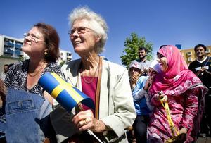 Skribenten anser att vi fokuserar för mycket på vem i stället för på vad. Hon tycker att vi bör lära av varandra och utveckla Sverige tillsammans.