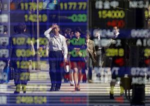 Affärsmän i Japan framför presentationen av en fallande börsprognos.
