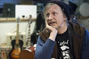 Stefan Sundström skrev och spelade in BB-blues.