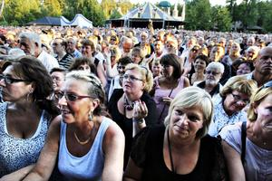 Storpublik. Kvällen blev en riktig succé publikmässigt. Människor  i alla åldrar vallfärdade till Furuviksparken.