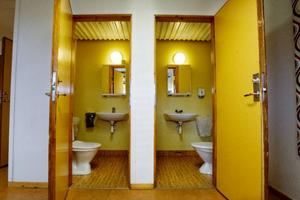 Ulla Gustafsson på Storsjöskolans expedition räknar till att här finns tretton toaletter som städas dagligen.  Foto: Ulrika Andersson
