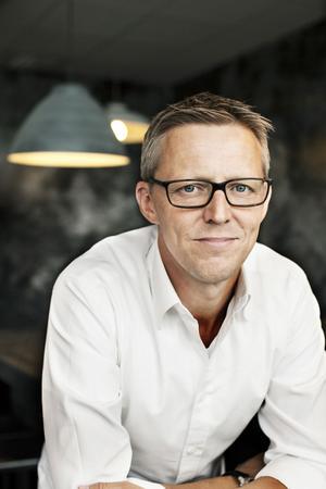 """Fredrik T Olsson har ännu inte romandebuterat, men redan sålt sin bok till 24 länder. Det är fler än till exempel Knausgårds succésvit """"Min kamp"""". Rättigheterna till en kommande film är redan sålda till Warner."""