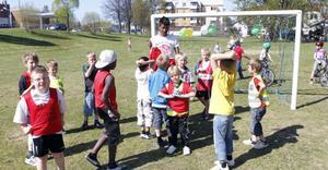 I fotbollsmatchen deltar fritidsbarn från både Stenhamre- och Gärdeåsskolorna. Men det blir ingen skolkamp, lagen är blandade.