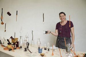 Anna Lena Kauppi visar ett av sina glas som är en del av installationen