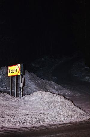 I höjd med Kolsta tog de misstänka mördarna av från E14 och in på en mindre väg mot Klissberget. Kroppen hittades ett par kilometer in i skogen. Nu efterfrågar polisen uppgifter om iakttagelser som gjorts i området under natten mellan fredag och lördag.