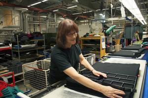 Monica Bodén stansar ut delarna till framtida polotröjor.