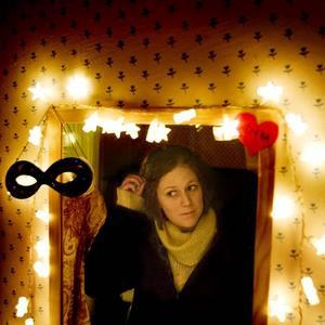 Klockan 08.30.……- Förra året bodde ett spöke i mitt rum. Jag kunde inte sova på nätterna så jag jagade ut det och nu bor det inte här längre, berättar Helena.