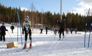 Tillbaka i spåret. Gunde Svan ställde som vanligt upp i Gunde skicross mot tredjeklassare från skolorna i Vansbro kommun. De sista fyra veckorna har gått i rätt riktning för den forna skidkungens tillfrisknande. Men i finalen mot Michelle Cranning-Hillgren blev det förlust.