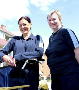 Maria och Birgitta Eriksson arbetar som brevbärare och på Företagscenter i Köping.