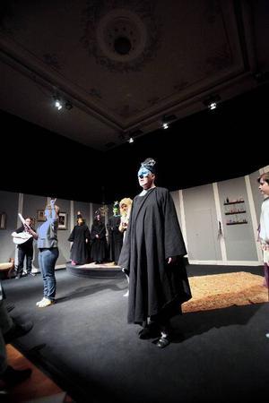 Dramatisk slutscen med monsieur Purgonalias Olle Svelander, allt medan Karin Riddar ger ytterligare instruktioner