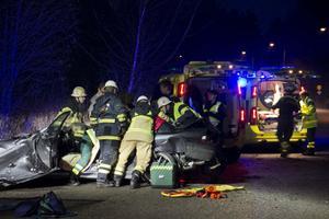 Räddningstjänsten fick klippa upp taket på bilen för att få loss de skadade.