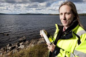 Nordic Iron Ores chefsgeolog Louise Sjögren hoppas förstås att borrkärnorna som nu börjat tas upp från Väsmanfältet ska visa att det lämpar sig för framtida gruvbrytning, vilket då binder ihop de planerade Ludvikagruvorna Håksberg och Blötberget. Långt ute på sjön syns för övrigt den pråm som det mesta av borrningen görs ifrån.