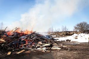 Ris, rivningsvirke och träpallar eldas i dagarna på Håstaholmen.