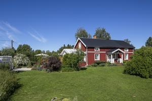 Utgångspriset för gården i Aspåsnäset är 2 400 000 kr.