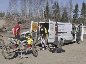 Adam Lenell och Jonas Bergström byter om innan åket.
