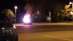 Bilbrand på Knotavägen i Västerås natten mot söndagen.