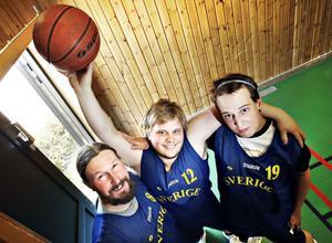 """Siktar högt. Ola Lundqvist, Daniel Hansson och Anton Arkesjö har blivit uttagna till Sveriges landslagstrupp i basket och kommer att tävla i Special Olympics Summer Games i Aten i juni. """"Helst vill man ju vinna. Vi kommer att spela så bra som möjligt och så får vi se hur långt det räcker"""" säger Ola Lundqvist."""