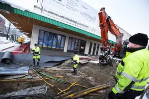 Vatten- och avloppsledningar och en fettavskiljare byts nu framför Kramfors nya galleria.