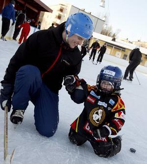 Brynäsare. Kian, 4 år, och pappa Mikael Johansson åker skridskor på Brynäsvallen.Fartfylld åkning. Moa Fredriksson, 3 år, är en hejare på att åka snowracer. Men det är pappa Robert som får dra den upp för backen efter varje tur.