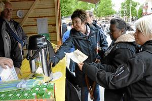I serveringen erbjöds inte bara kaffe med dopp. Här kunde också hoppfulla lämna in tävlingskuponger i det musikkryss som var en av programpunkterna på Hela torget gungar. Bild: JAN WIJK