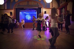 Det är mycket fokus på lek när Danspatrullen lär ut dans.