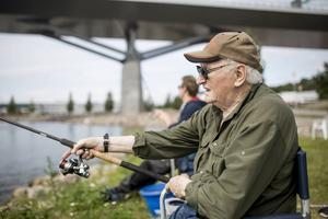 Sportfiskenestorn Sten Högberg har metat i 81 år. Han är lika koncentrerad på flötet och linan som alltid.