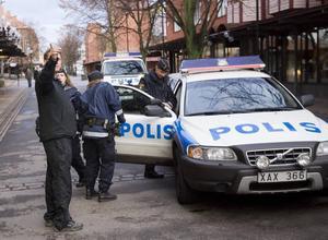 Bingohallen  i Sandviken.  Tre beväpnade och maskerade män rånar bingohallen på Köpmangatan i Sandviken. De stormar in i lokalen med k-pistliknande föremål i händerna och får med sig uppskattningsvis 2 000 kronor, som ligger i två förkläden som personalen får lämna ifrån sig.