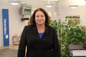 Nordea tar bort den dagliga servicen vid lokalkontoret i Edsbyn från och med 1 december, men förstärker den tidsbokade rådgivningen. Genom naturlig avgång minskar personalen i Edsbyn från tre till två, berättar Maria Skoglund som är ansvarig för Nordeas kontor i Hälsingland.
