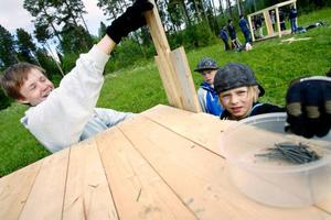 Simon Kristoffersson har blivit scoutledare som sommarjobb och här lotsar han sitt bygglag med bland annat William Nilsson från Brunflo.