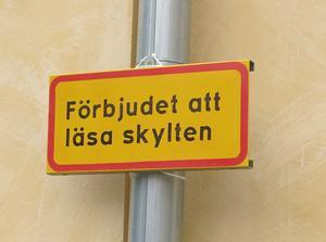 Gustaf Lord leker med skyltar.