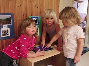Molly Svensson, Matilde Åhlin och Aliz Wikner Ögren använder en läsplatta/lärplatta.